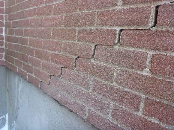 Bâtiments lézardés et affaissement des murs de fondations