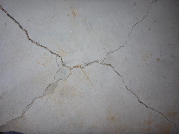Star-shaped crack in the slab on ground