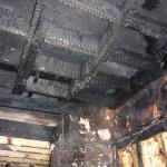 Structure en bois brûlée